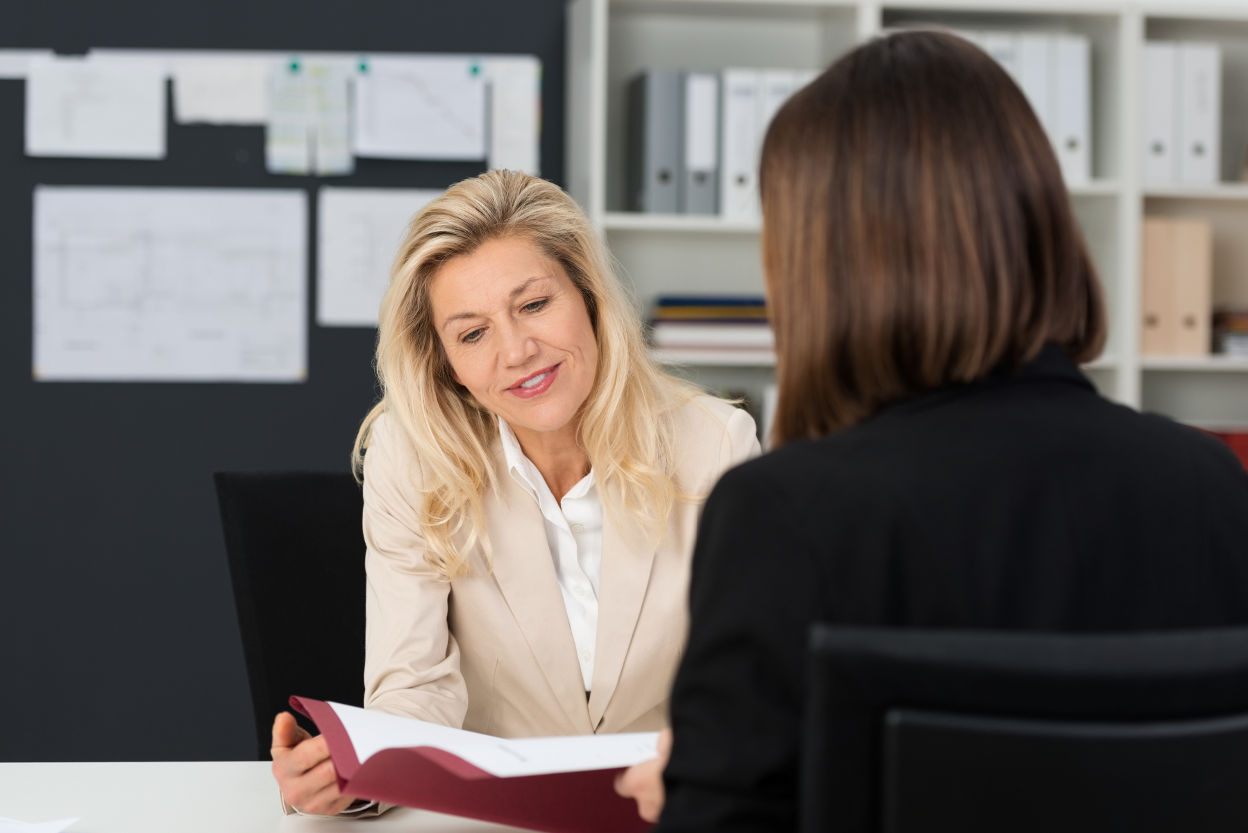 10617172-mature-businesswoman-discussing-to-her-assistant.jpg