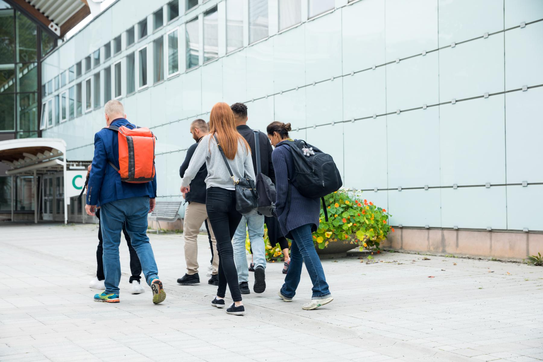 22397082-studenter-utanfor-universitet.jpg