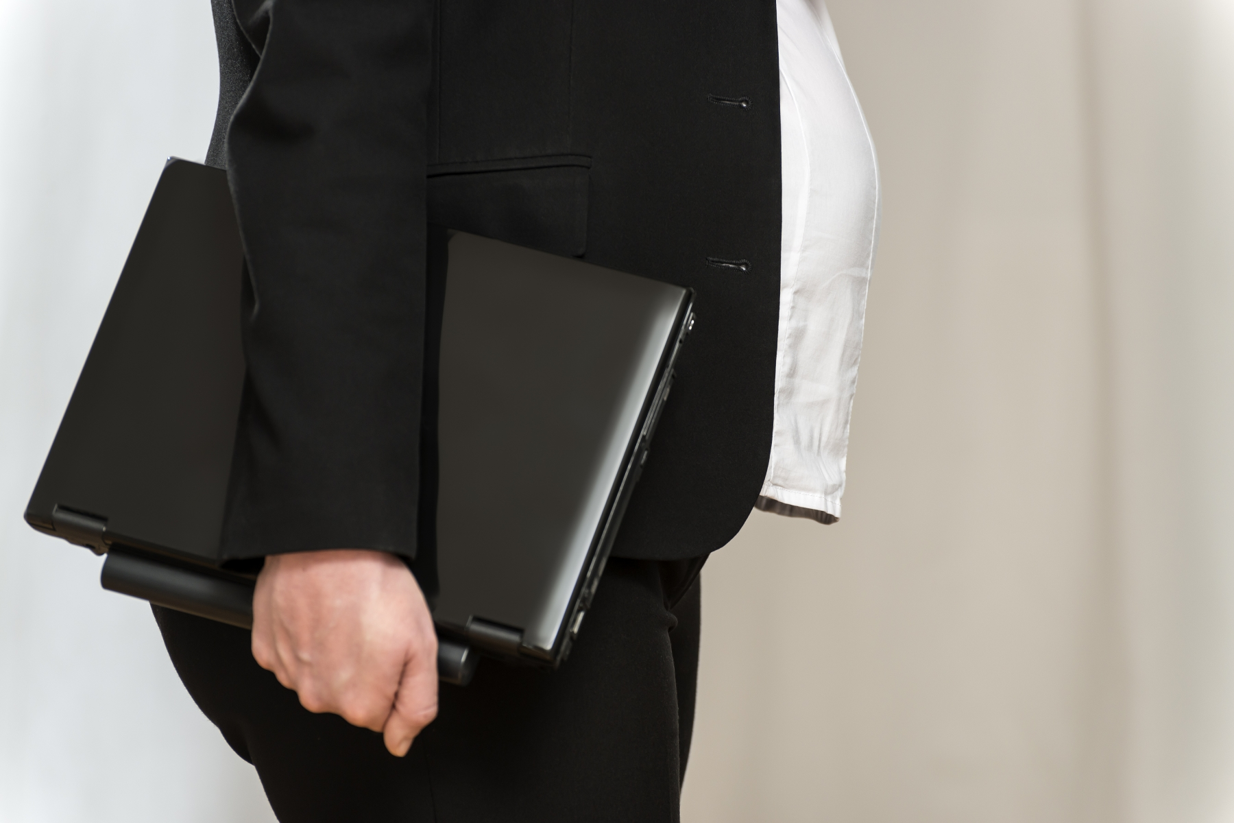 10376305-pregnant-business-woman-with-laptop.jpg