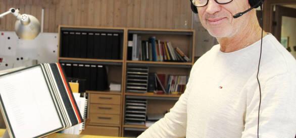 Ombudsman som talar i telefon