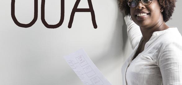 Kvinna skriver UUA på whiteboard.