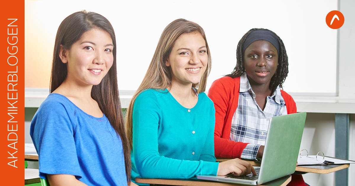 Tre kvinnor med oliak hudfärg tittar in i kameran.